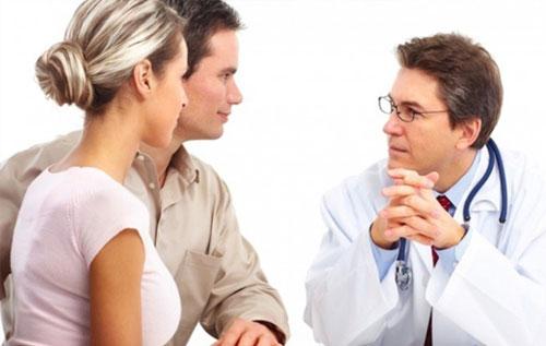 Khi có triệu chứng mụn mọc hậu môn nên đến các cơ sở y tế thăm khám và điều trị kịp thời