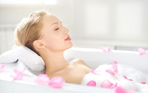 Ngâm mình trong bồn tắm có thể khiến chị em dễ mắc bệnh phụ khoa
