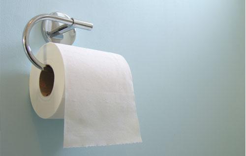Một trong những thói quen gây hại vùng kín đó là dùng giấy vệ sinh lau chùi cơ quan sinh dục