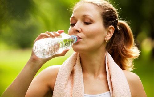 Uống nhiều nước để hỗ trợ điều trị bệnh trĩ