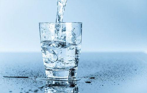 Một trong những cách phòng ngừa bệnh trĩ là uống đủ nước
